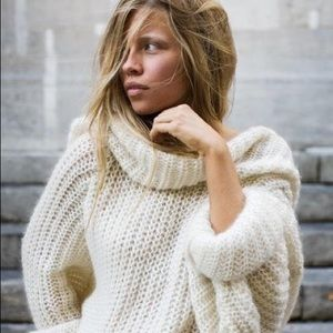 🆕 Listing! Mohair blend soft cream sweater
